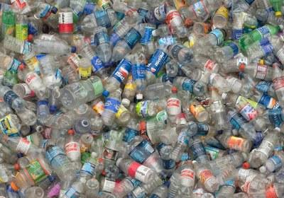 Des bouteilles plastiques jetées très loin de TARA