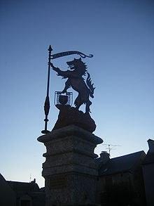 Fontaine Aumont où le bête tient les armes de la ville