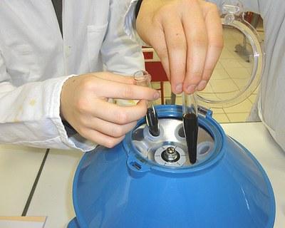 Centrifuger 10 minutes à 2000 tours en équilibrant bien la centrifugeuse