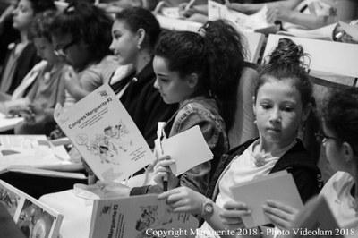 Les élèves découvrent le livret de la journée